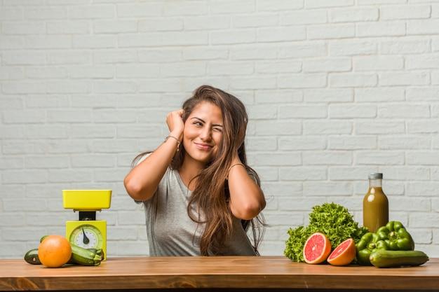 ダイエットの概念。手、耳を覆う健康的な若いラテン女性の肖像 Premium写真