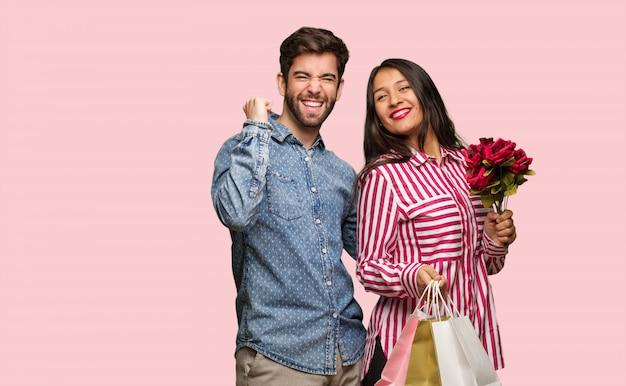 バレンタインの日のダンスと楽しんで若いカップル Premium写真