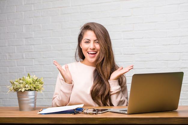彼女の机の上に座っている若い学生ラテン女性の肖像画 Premium写真
