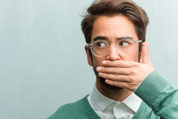若いハンサムな起業家の男性の顔のクローズアップ、口、沈黙と抑圧の象徴 Premium写真