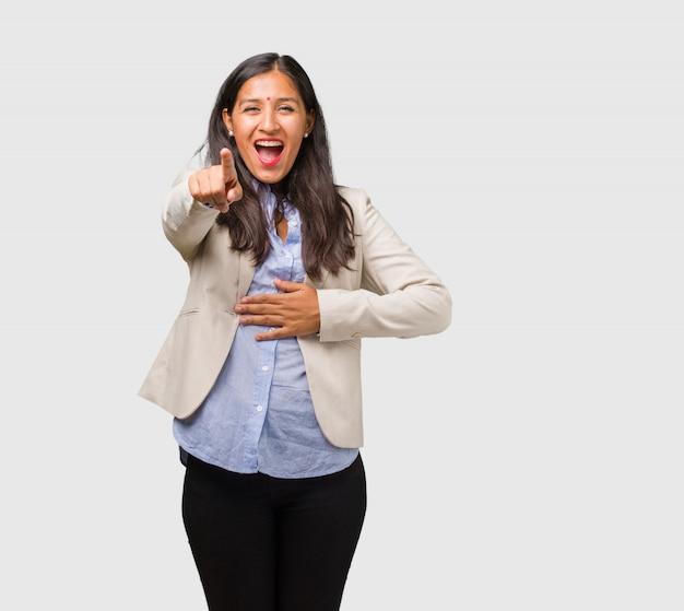 若いビジネスインド人女性の叫び声、笑い声、別の楽しみ、嘲笑と無制限の概念 Premium写真