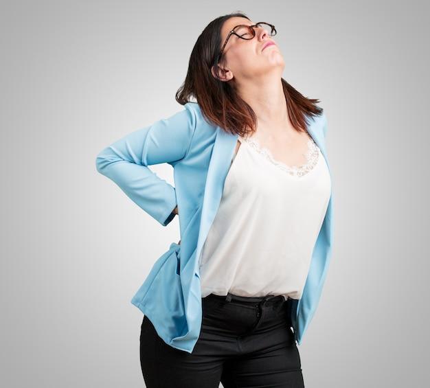 仕事のストレスによる腰痛、中年の女性 Premium写真