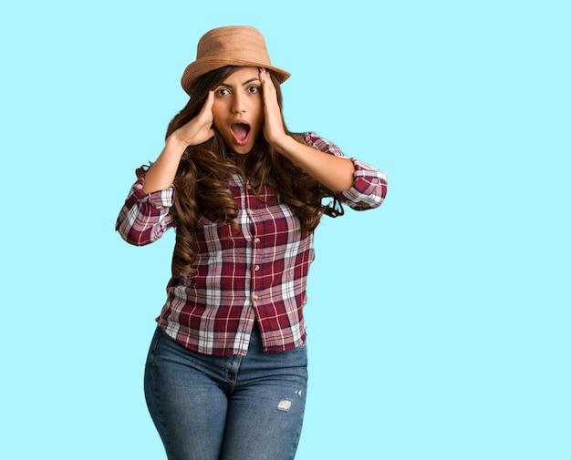 フルボディの若い旅行者曲線の女驚いてショックを受けて Premium写真