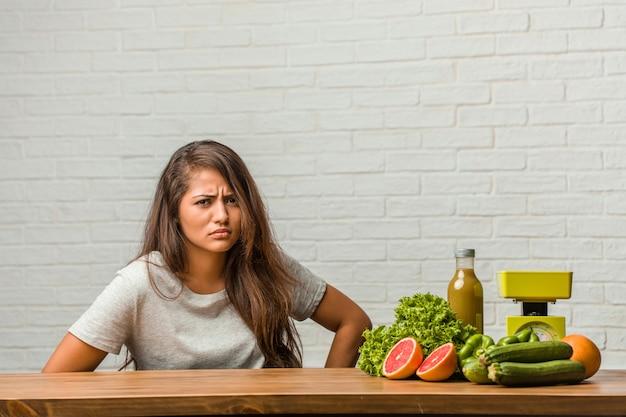 ダイエットの概念健康的な若いラテン女性の肖像画 Premium写真