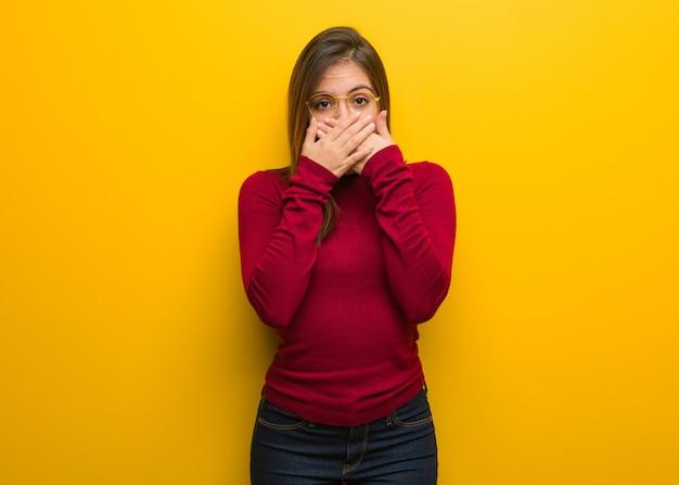 Молодая интеллектуальная женщина удивлена и шокирована Premium Фотографии