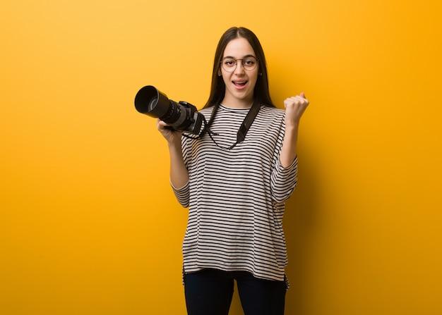 Молодой фотограф женщина удивлена и шокирована Premium Фотографии