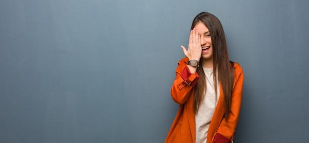 幸せな叫び手で顔を覆っている若い自然な女性 Premium写真