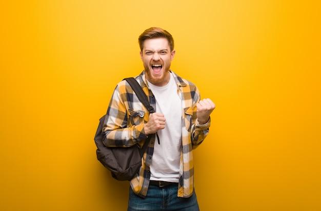 赤毛の若い男が驚いてショックを受けた Premium写真