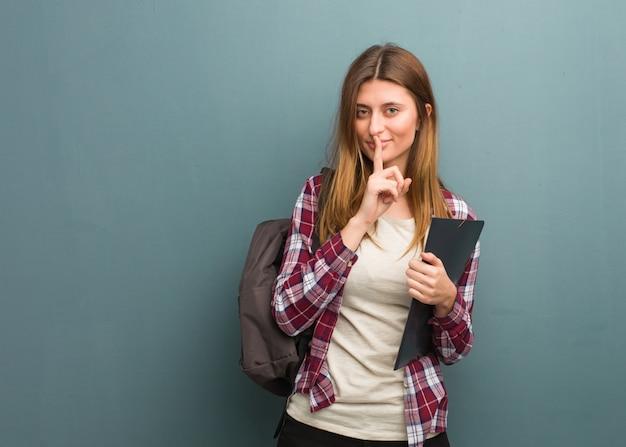 秘密を守るか沈黙を求める若い学生ロシア人女性 Premium写真