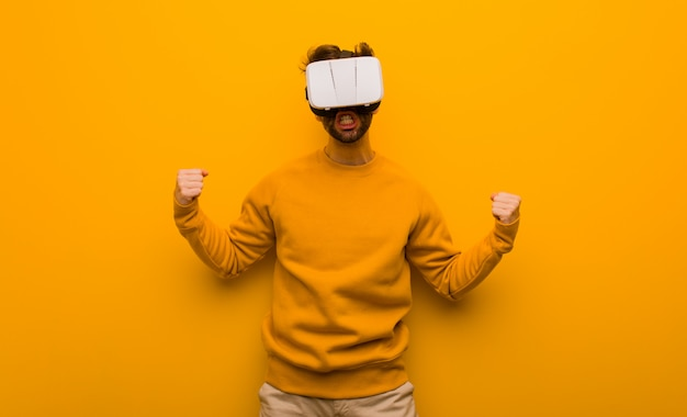 仮想現実の眼鏡をかけている若い男 Premium写真
