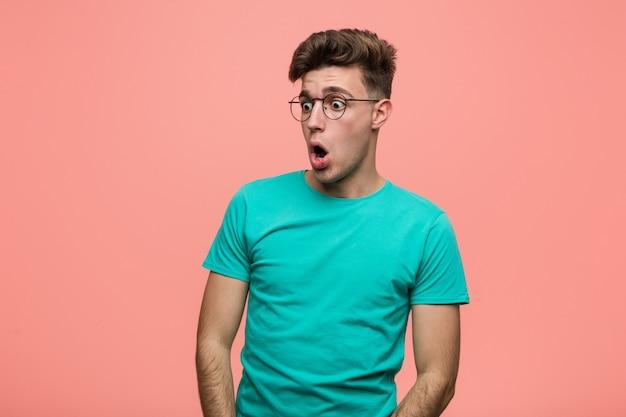 彼女が見たことでショックを受けているクールな白人の若い男。 Premium写真