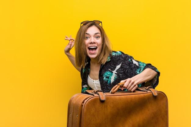 Молодая женщина готова пойти в отпуск Premium Фотографии