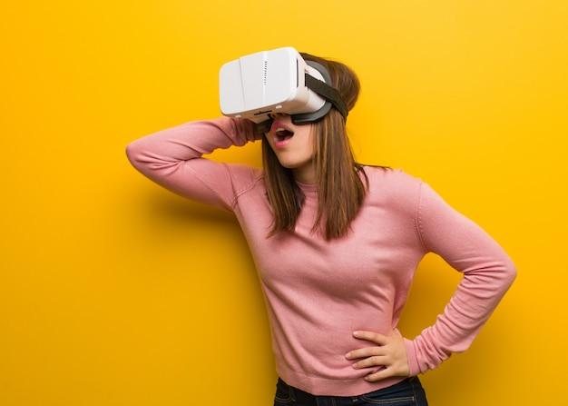 仮想現実グーグルを身に着けている若いかわいい女性が心配して圧倒 Premium写真