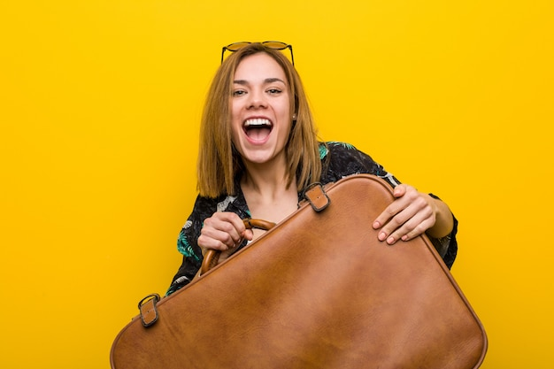 Молодая женщина готова пойти в отпуск за желтый Premium Фотографии