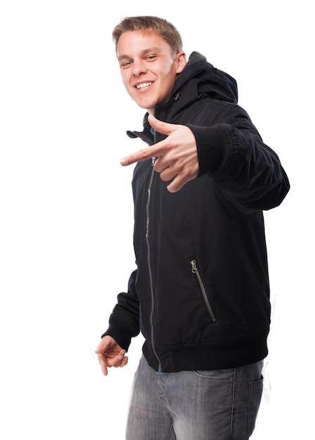 Человек в темном свитере делает жест рукой Бесплатные Фотографии