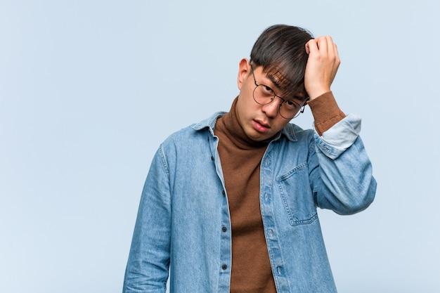 若い中国人男性の疲れと非常に眠い Premium写真