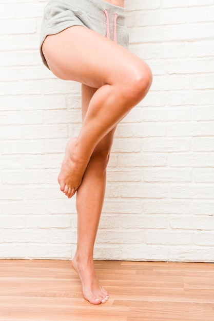 脚の若い白人のスポーティな裸足の女性 Premium写真