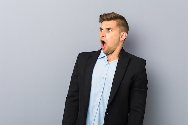 彼女が見た何かのためにショックを受けている若いハンサムな白人男性。 Premium写真