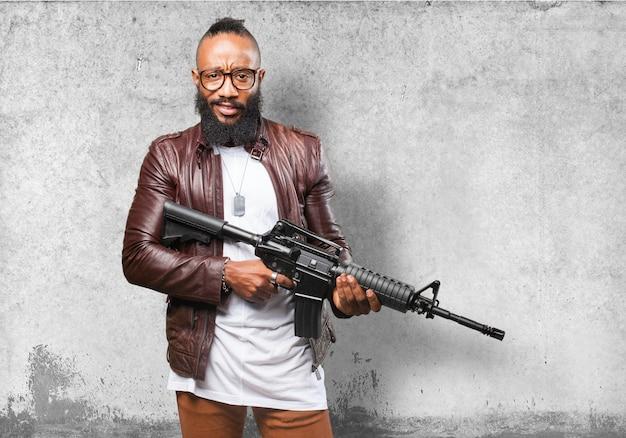 Мужчина держит пистолет-пулемет Бесплатные Фотографии
