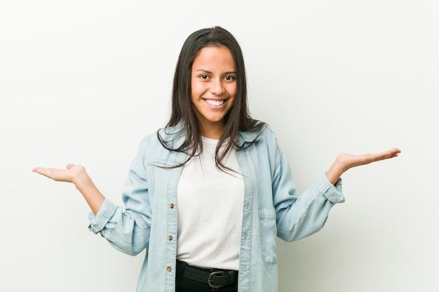 歓迎式を示す若いヒスパニック系女性。 Premium写真