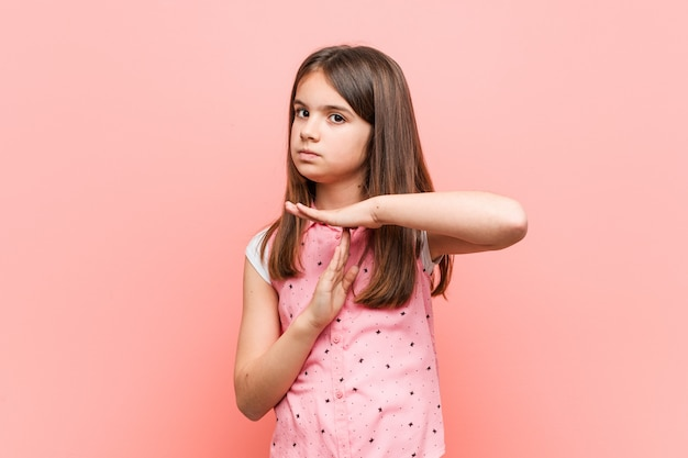 タイムアウトジェスチャーを示すかわいい女の子。 Premium写真