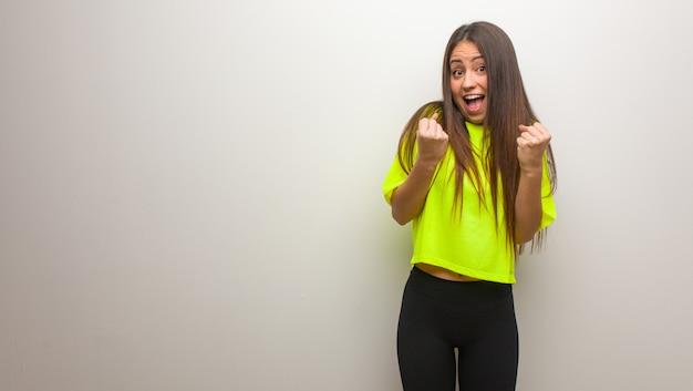 驚いたとショックを受けた若い現代女性 Premium写真
