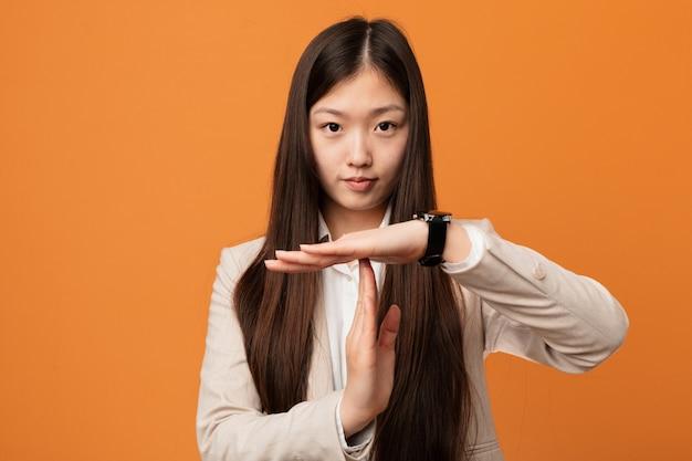 Женщина молодого дела китайская показывая жест перерыва. Premium Фотографии