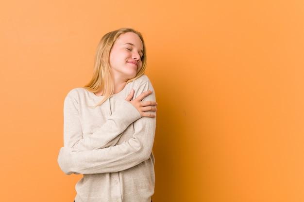 Милая и естественная женщина подростка обнимает, улыбается беззаботно и счастливо. Premium Фотографии
