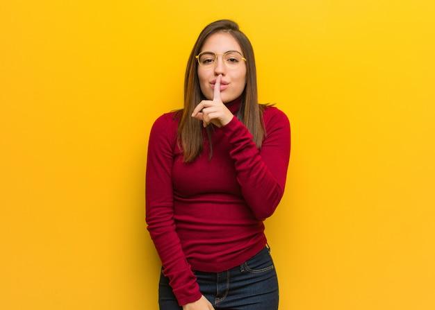 秘密を守るか沈黙を求める若い知的女性 Premium写真