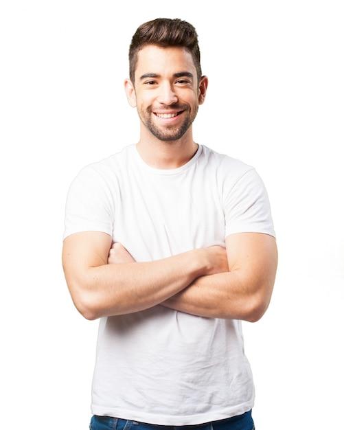 男は腕を組んで笑顔 無料写真
