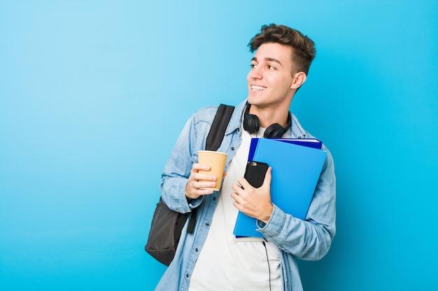 学校に行く準備ができているティーンエイジャーの白人男性 Premium写真