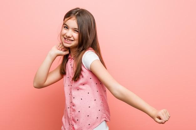 ダンスと楽しいかわいい女の子。 Premium写真