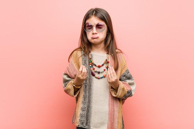 彼はお金がないことを示す小さなヒッピーの女の子 Premium写真