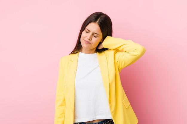 座りがちなライフスタイルのため首の痛みに苦しんでいる若いビジネス女性。 Premium写真