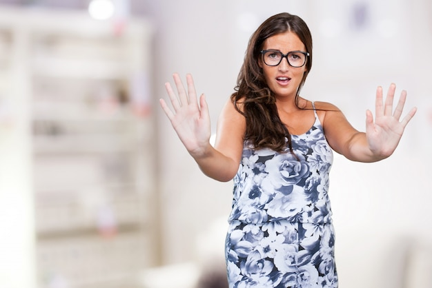 ストップジェスチャーをやってかなり若い女性 無料写真