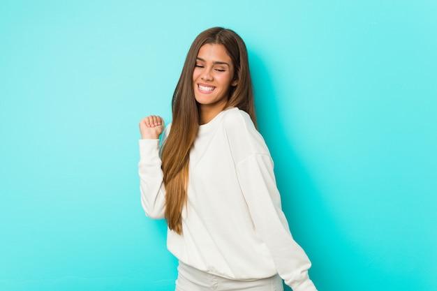 ダンスと楽しい若いスリムな女性。 Premium写真