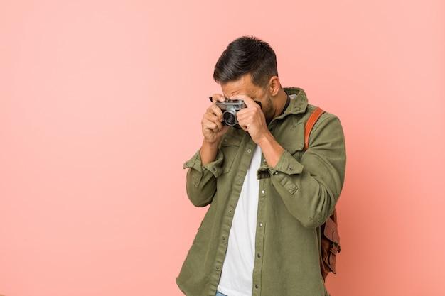 レトロなカメラで写真を撮る若い旅行者。 Premium写真