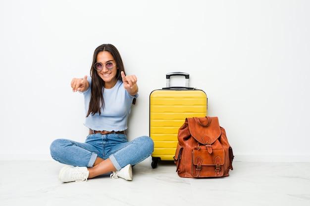 若い混血インドの女性が前方を向く陽気な笑顔を旅行に行く準備ができています。 Premium写真