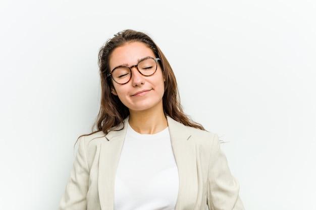 若いヨーロッパのビジネス女性はおなかに触れ、優しく微笑み、食事と満足の概念。 Premium写真