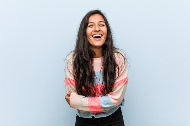 笑って、楽しんで若者のファッションインドの女性。 Premium写真