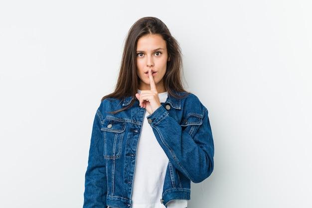 若いかわいい女性が秘密を守ったり、沈黙を求めています。 Premium写真