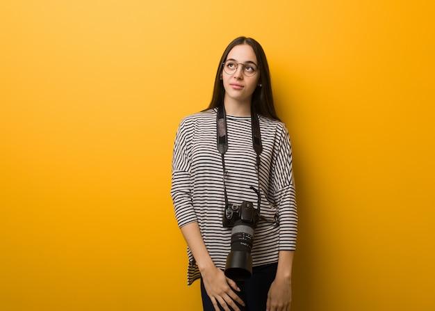 Молодой фотограф женщина мечтает о достижении целей и задач Premium Фотографии