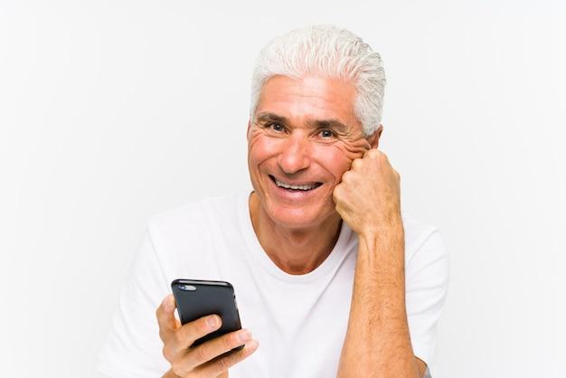 電話で話している成熟した白人男性 Premium写真