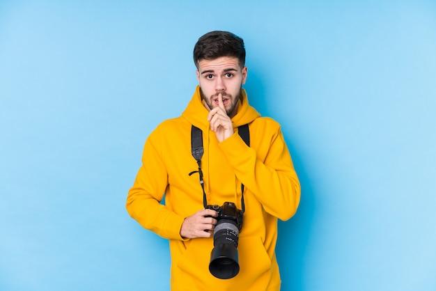 秘密を守るか沈黙を求める孤立した若い白人写真家の男。 Premium写真