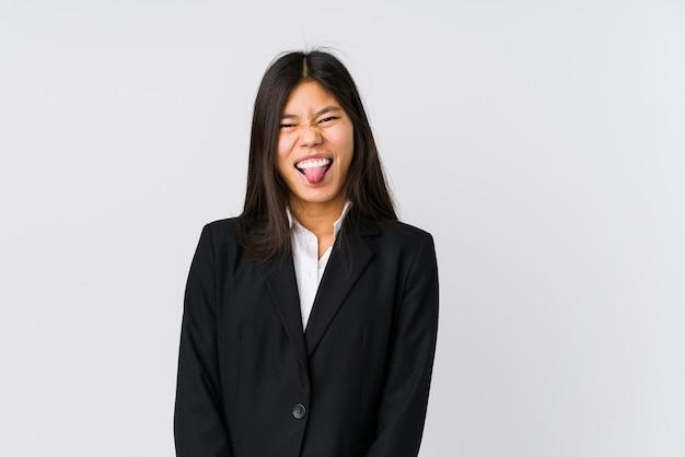 舌を突き出て面白いとフレンドリーな若いアジアビジネス女性。 Premium写真