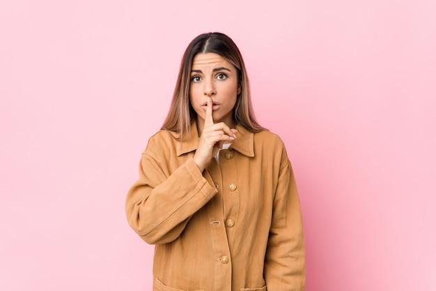 秘密を守るか沈黙を求める分離された若い白人女性。 Premium写真