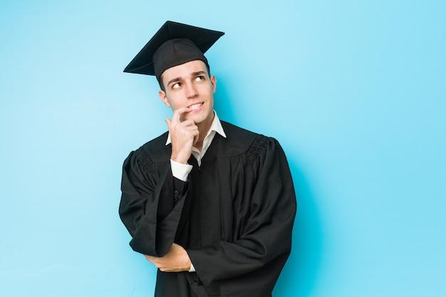 Молодой человек закончил кавказской расслабленной думать о чем-то, глядя на копией пространства. Premium Фотографии
