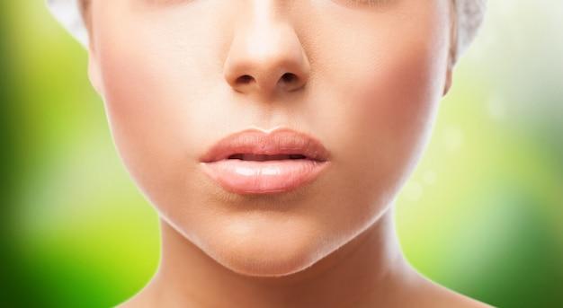 Вырез женских губ на зеленом фоне. Бесплатные Фотографии