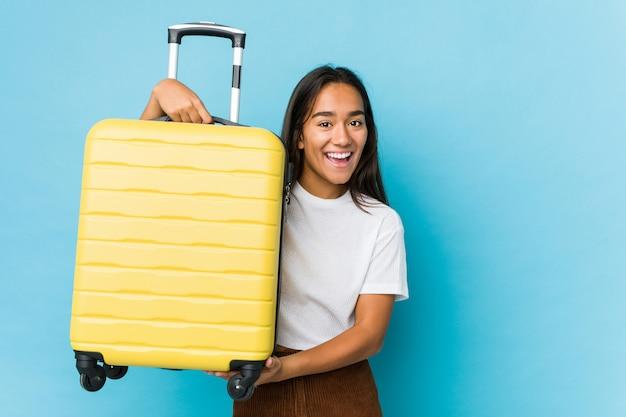 Молодая индийская женщина нервничает для новых путешествий изолированы Premium Фотографии