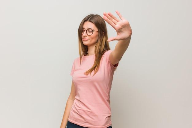 Молодая русская натуральная девушка кладет руку перед Premium Фотографии